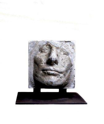 visage-feminin-no-1-web-dans-cube-de-beton-sculpture-beton-pigments-sur-socle-metal-2015-12x12-cm-hors-socle